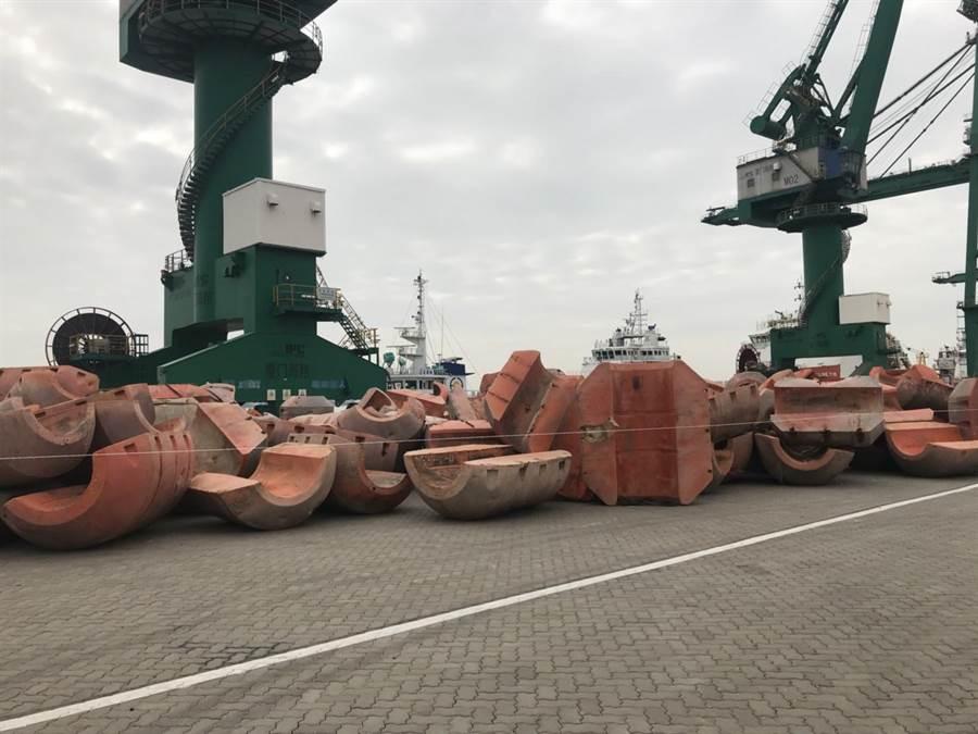 兩岸啟動共同維護海域清潔行動方案,金門今將220具漂自大陸的抽砂浮筒運回廈門。(縣府提供)