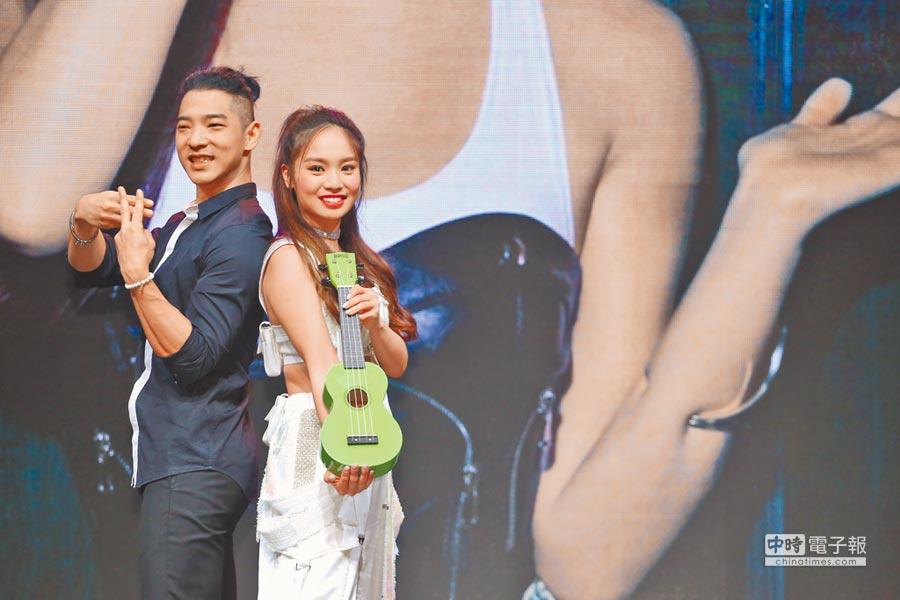 陳芳語(右)舉辦新專輯記者會,好友王大文到場力挺。(陳俊吉攝)