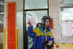 立委黃國昌罷免案 汐止民眾冒風雨投票