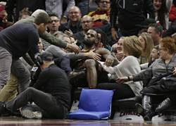 NBA》與球哥耳語曝光 詹姆斯:別理噪音