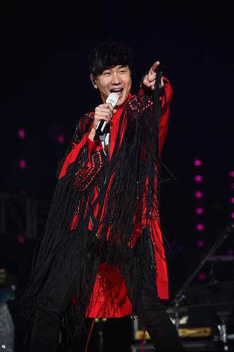 巨星耶誕演唱JJ林俊傑壓軸high翻現場 安心亞不畏冷風透視裝登場