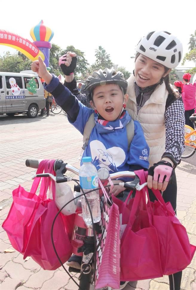 出發!陳亭羽母子擔任送餐天使,騎單車傳愛。(陳淑芬攝)