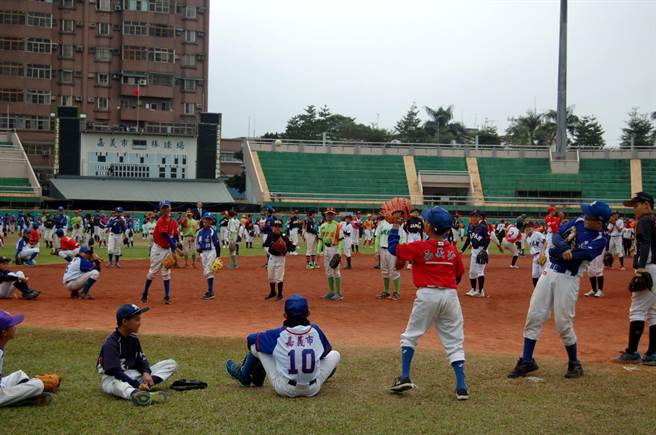 諸羅盃國際少棒賽挑戰500人傳接球挑戰金氏世界紀錄。(廖素慧攝)