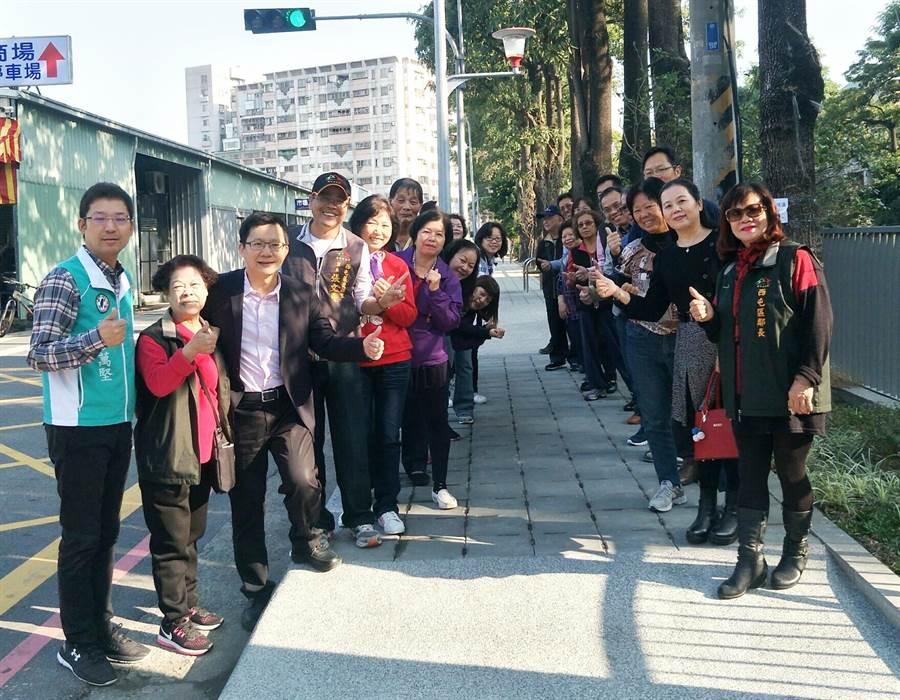 立委張廖萬堅(左三)爭取石碑溪親水綠廊,提供附近居民完善的休憩空間!(陳世宗翻攝)