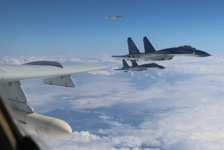 中國空軍多型戰機編隊12月11日「繞島巡航」,進行常態化遠洋訓練。(新華社)
