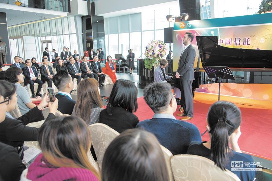 中信銀行昨(15)日中午於「中國信託金融園區」A棟一樓大廳舉辦「中國信託音樂饗宴」,現場超過200位中國信託同仁、民眾及鄰近周邊公司的上班族,一同沈浸在國際級的聽覺享受。圖/中信銀提供