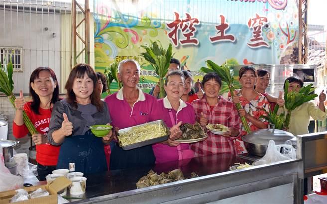 鹽埔新圍社區將野薑花入菜,期待藉由特色食材,擦亮鹽埔花卉故鄉的美名。(林和生攝)