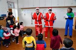 宋逸民扮耶誕老人偕陳維齡育幼院送愛心 3歲女兒暖笑:我很幸福