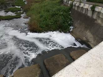 德龜溪水染泡泡 疑清潔劑導致