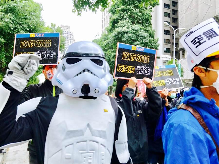 民國黨反空汙支持者扮成風暴士兵,電影中頭盔有呼吸過濾系統,可抵抗沙塵暴。(民國黨提供)