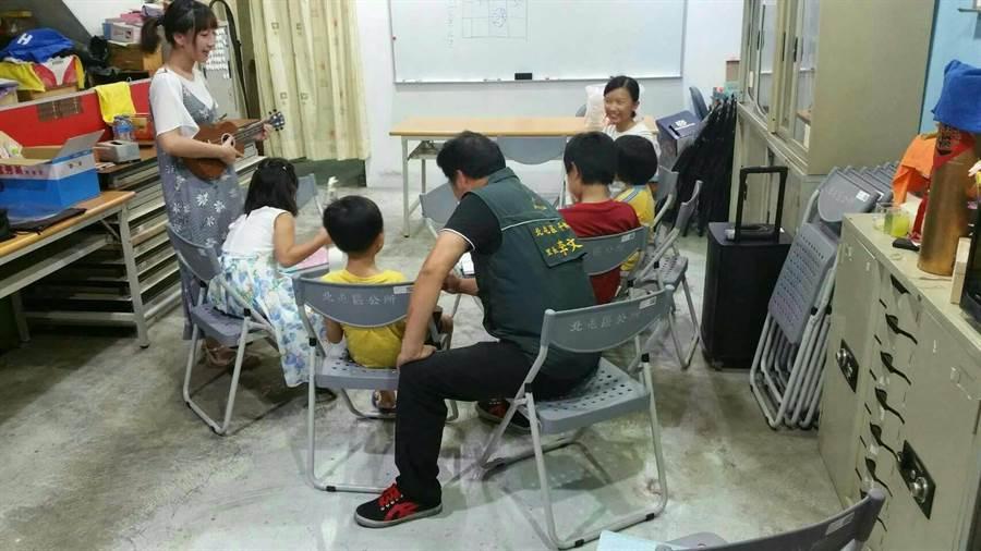 平興里里辦公室合作免費提供弱勢學童學習樂器的機會。(張妍溱翻攝)
