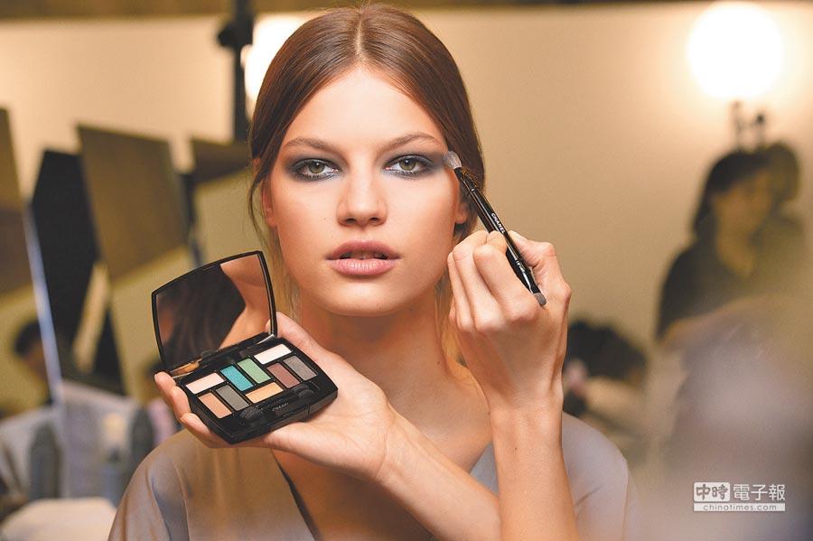 香奈兒工坊系列以品牌9色眼影「那不勒斯的回憶」完成煙燻妝。(香奈兒提供)