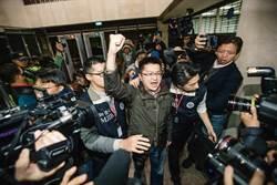 新黨青年軍移送北檢 搖下車窗怒吼「打倒美日漢奸政權」