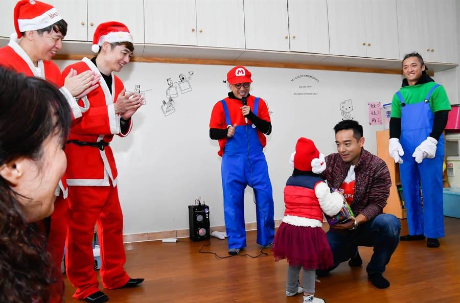 岑永康(右2)送禮物給小朋友。