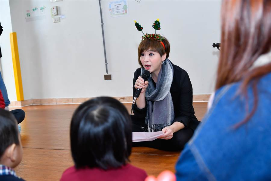 岑永康太太張珮珊化身說故事姐姐,講解耶誕節的由來。