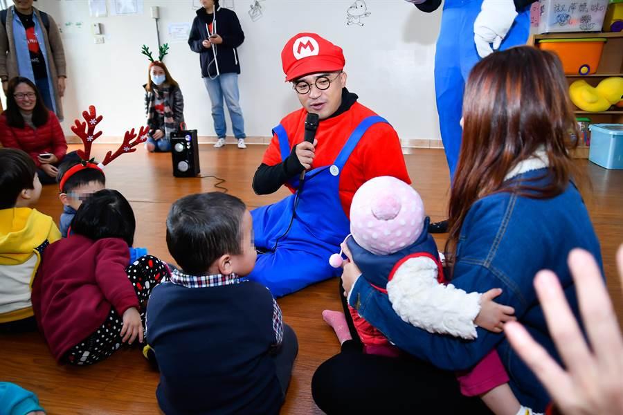 孩子王小馬深受小孩歡迎。