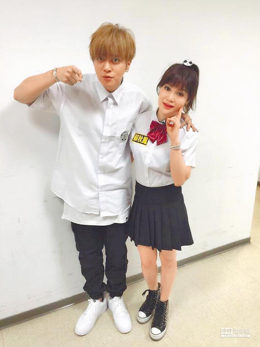 蔡秋鳳(右)和小豬在節目上扮成高中生,毫無違合感。(取材自臉書)