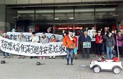 不滿潘孟安3年政績 議員蔣月惠行動劇抗議
