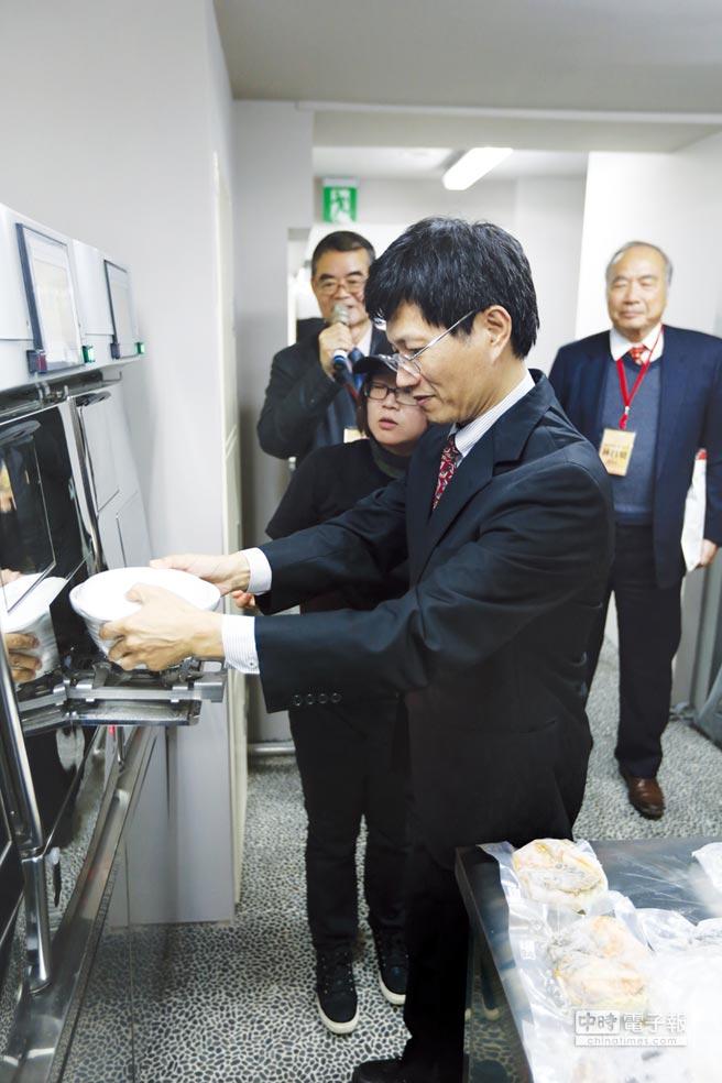 經濟部商業司陳秘順副司長現場體驗一分鐘煮麵。圖/業者提供
