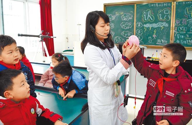 安徽省合肥市華府駿苑小學的科普課堂上,來自台灣的老師讓學生在玩樂中認識科學。(中新社資料照片)
