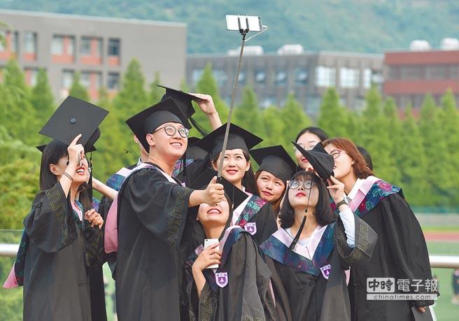 陸台師反映在大陸任教,最常碰到的就是被學生問起政治問題。圖為南京大學畢業生合影。(新華社資料照片)