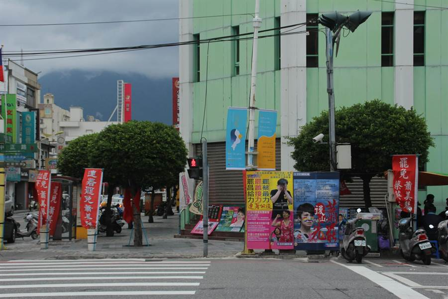 罷昌失敗後,罷免蕭美琴團體,仍在花蓮市區街頭擺攤連署。(資料照)