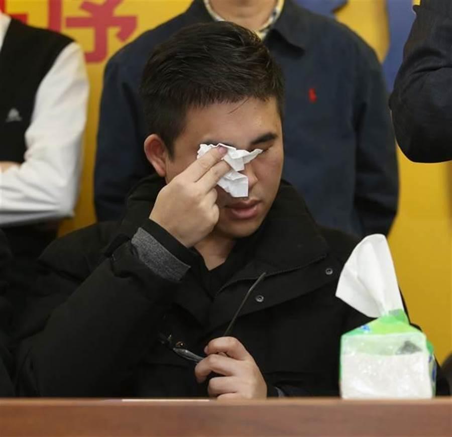 新黨發言人王炳忠擦淚。(資料照,陳君瑋攝)