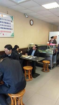 馬英九、周美青高雄吃麵 婉拒店家請客