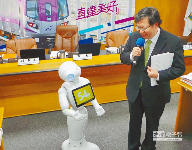 機器人Pepper與市長鄭文燦互動,他顯示鄭文燦為54歲,但遭鄭開玩笑說,好像不太準。(甘嘉雯攝)
