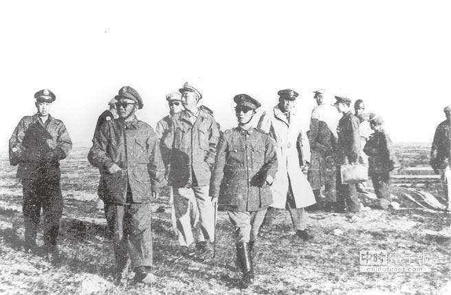 湯恩伯(左二)陪同陳誠(左四)等赴前線視察。(本報系資料照片)