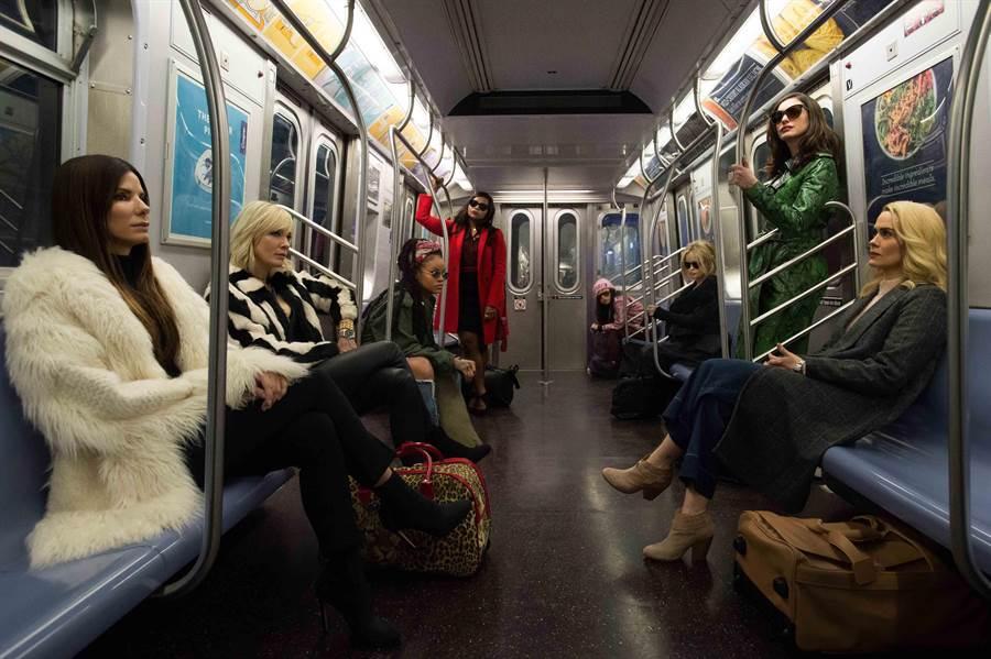 珊卓布拉克與凱特布蘭琪等8女星,將在慈善晚宴偷錢。(華納提供)
