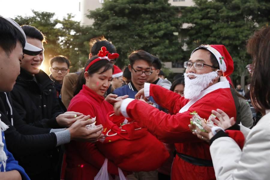 虎科大校長覺文郁扮耶誕老人發禮物,學生瘋搶。(虎科大提供)