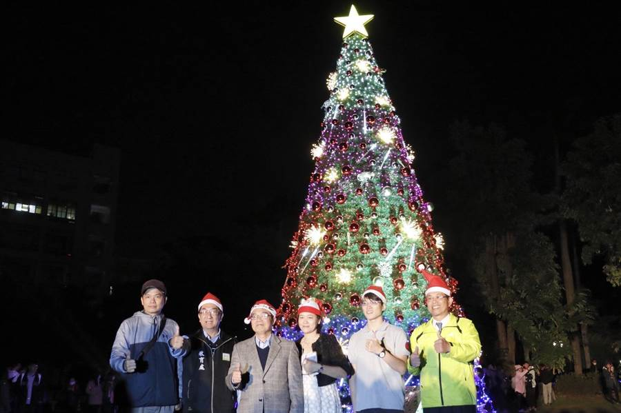 虎科大9公尺耶誕樹很科技,是以工業4.0技術研發的智慧機上盒,透過IoT (Internet of Things)無線感測網路連接耶誕樹燈飾。(虎科大提供)