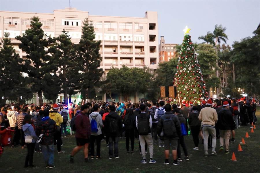 虎科大超級耶誕樹點燈師生與居民都很期待。(虎科大提供)
