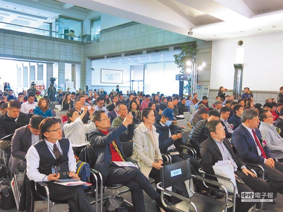 第二屆「兩岸青年創業論壇」,邀請兩岸產、學界專家分享成功經驗,吸引各界人士與會聆聽。(陳政錄攝)