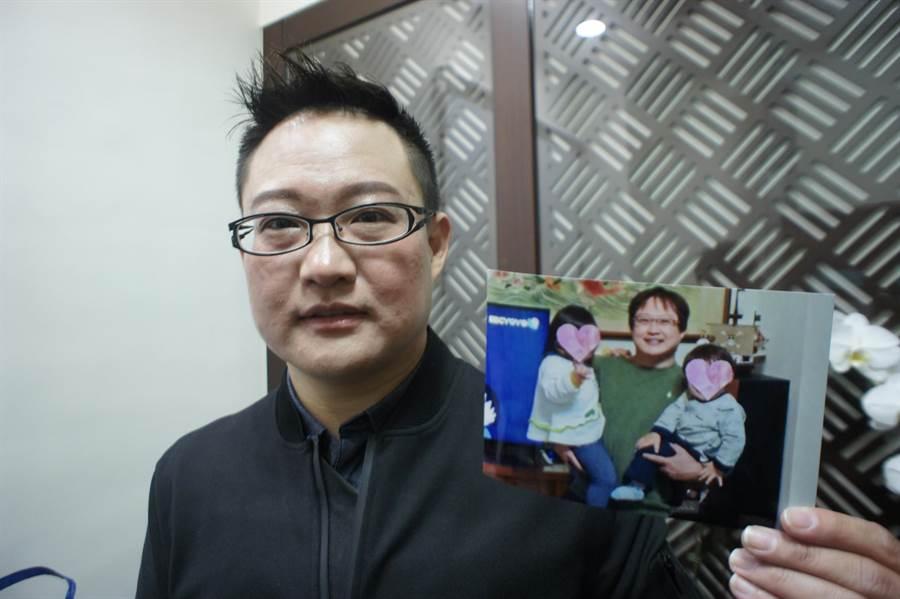 熊爸拿出半年前胖到88公斤的照片,比對現在帥氣的臉,整個人小了一號。(馮惠宜攝)