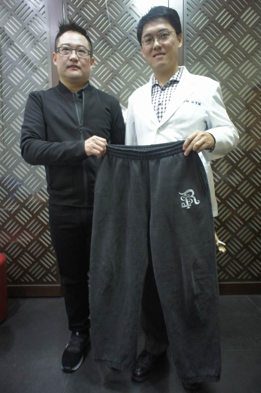 熊爸在中醫師林育誠協助下瘦身成功,也告別特大尺碼的運動褲。(馮惠宜攝)