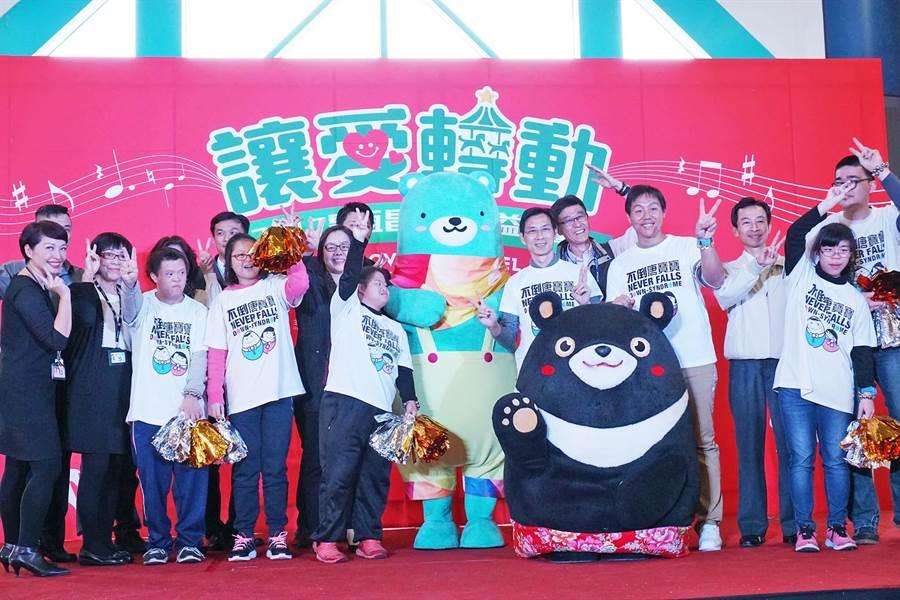 昇恆昌推耶誕公益計畫,22日在小港機場登場,頒發獎金給清寒子弟及贊助唐寶寶就業培訓計畫。(柯宗緯攝)