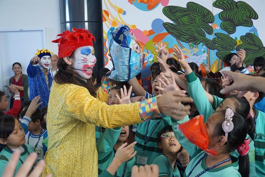 昇恆昌22日在小港機場舉辦耶誕公益計畫,邀請清寒子弟到場同歡。(柯宗緯攝)