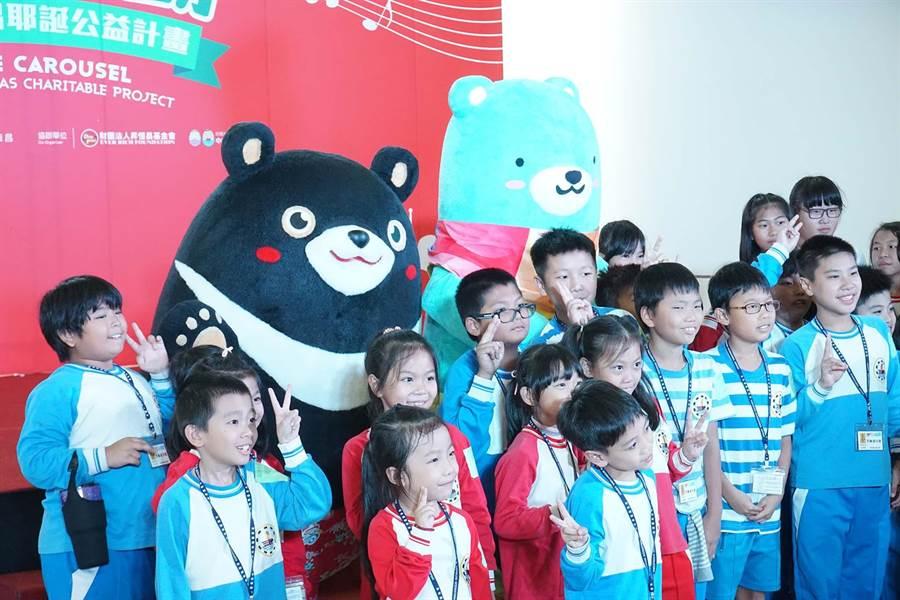 昇恆昌推耶誕公益計畫,22日在小港機場登場,頒發獎金給清寒子弟。(柯宗緯攝)