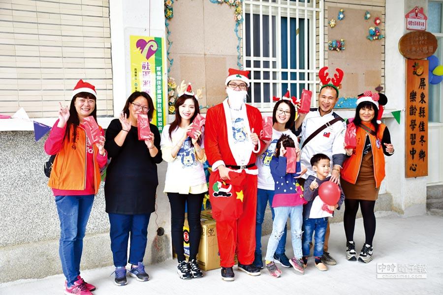 新保社福基金會與愛希望兒童關懷協會,前進屏東偏鄉送耶誕禮物,金牌廚師行義團阿龍師也親自到場烹煮美食給孩子們享用。圖/新保提供