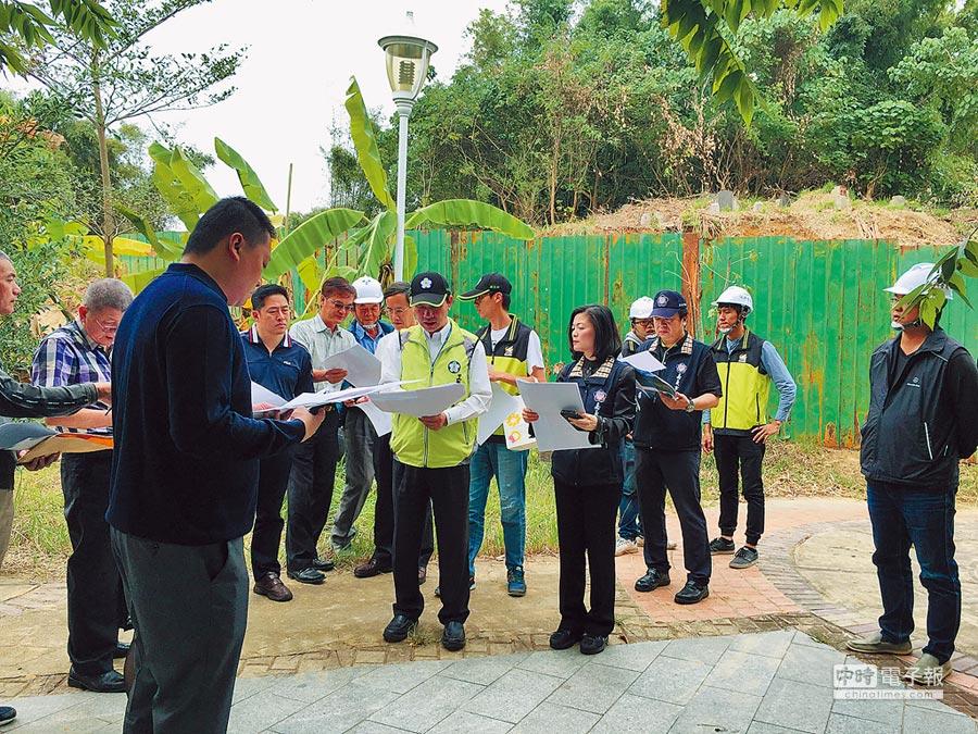 嘉義市議員視察八掌溪人行景觀橋及周邊環境,聽取市府工務處官員簡報。(廖素慧攝)