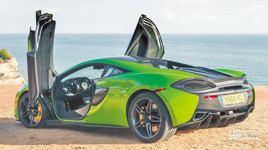 McLaren 570S如同品牌車款命名策略,其最大馬力達570hp,搭配第二代碳纖維底盤車輛最輕淨重僅1313公斤,造就328kmh極速,0到100km/h加速更只需3.2秒。(永三汽車提供)