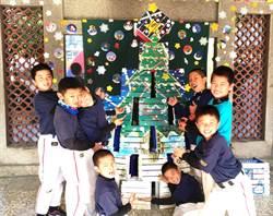 中市大仁國小 將廢棄椅化身彩色聖誕樹