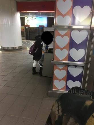母抱孩子尿在捷運垃圾桶 引網友憤怒