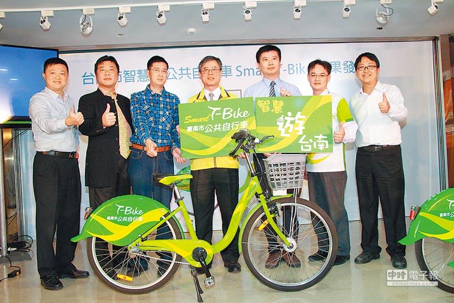 台南市政府交通局公開全台第1套智慧化公共自行車Smart T-Bike系統,預定明年初正式啟用。(洪榮志攝)