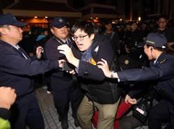 警方驅離抗議民眾 北車淨空