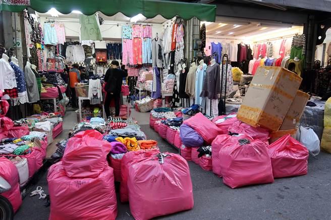 許多零售商都到這裡批貨,一包包現貨放置地上。(呂素麗攝)