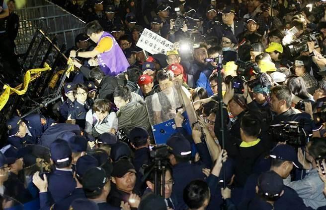 1223勞團陳抗,柯P指示市警局今後不得再浪費警力。(本報系資料照片)