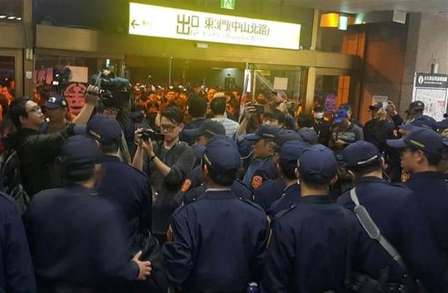 勞團群眾在台北車站與警僵持 警備車載走抗議民眾(圖/中央社)